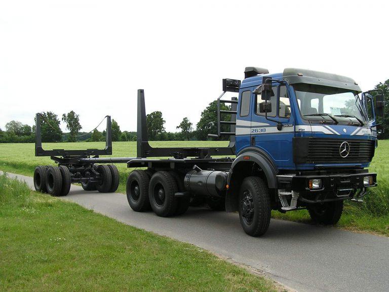Baumstammtransportfahrzeug