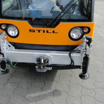 Kranmontage mit Vierfachabstützung an einem Elektrofahrzeug4