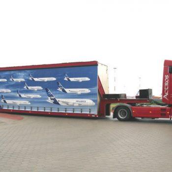 Sattelanhänger zum Transport von Flugzeugteilen