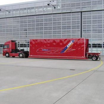 Sattelanhänger zum Transport von Flugzeugteilen - seitlich