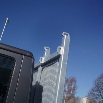 Zurrösen für Ladungssicherung auf einer Vorderwand mit Durchblickgitter